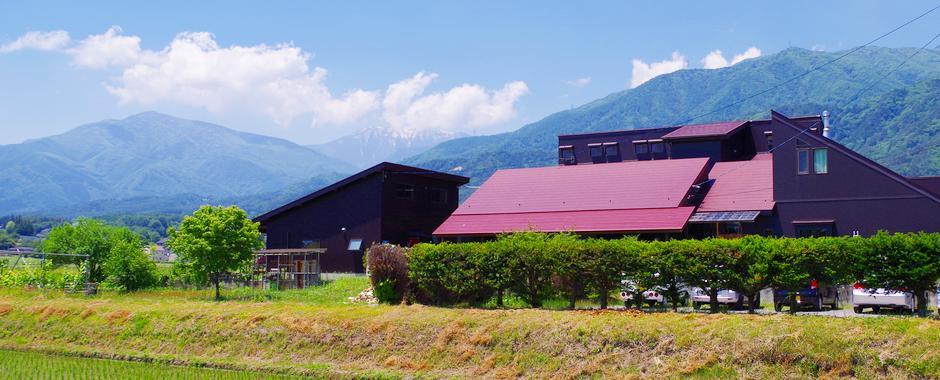 長野県安曇野市穂高有明にある、シニアソムリエがいるペンション。自家栽培の野菜とハーブを活かした料理とワインをお楽しみください。